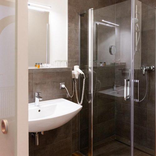 berggasthof-wilhelmshoehe-impressionen-hotelzimmer-bad